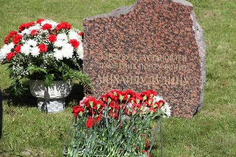 В честь поэта Михаила Дудина установили закладной камень на улице его имени